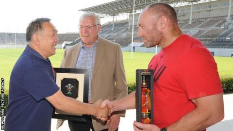 Yoshihiro Sakata with WRU president Dennis Gethin and Wales interim coach Robin McBryde