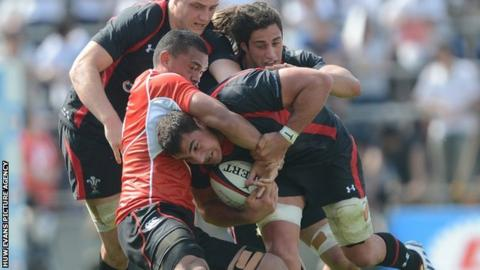 Andries Pretorius of Wales is tackled by Hendrik Tui of Japan