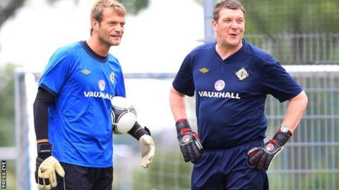 NI keeper Roy Carroll and Tommy Wright during a training session