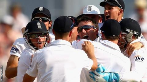 Graeme Swann celebrates with his England team-mates