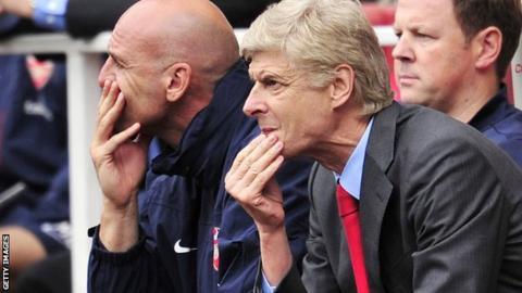 Arsenal manager Arsene Wenger (centre)