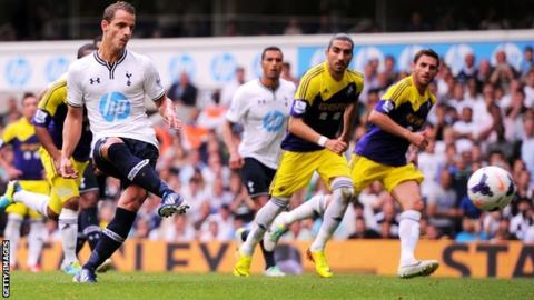 Tottenham striker Roberto Soldado scores a penalty against Swansea