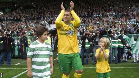 Stiliyan Petrov greets the Celtic fans