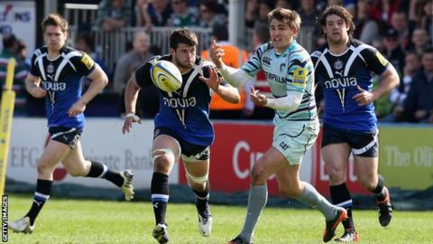 Leicester's Toby Flood (centre) in action against Bath