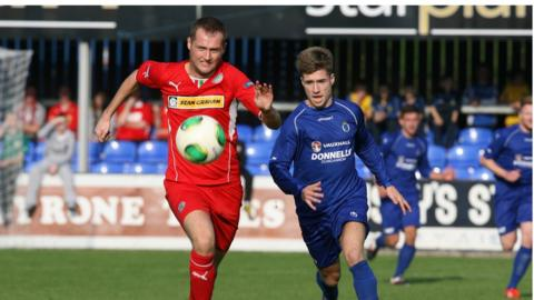 Ciaran Caldwell and Stefan Lavery vie for possession as Dungannon draw 1-1 with Cliftonville