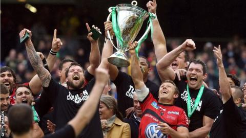 Joe van Niekerk and Jonny Wilkinson of Toulon raise the Heineken Cup