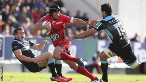 Matt Giteau of Toulon races between Glasgow's Mark Bennett and Alex Dunbar