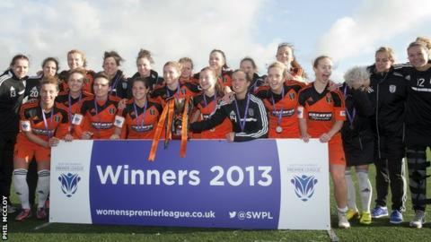 Gllasgow City lift the league trophy