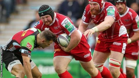Samson Lee takes on Harlequins