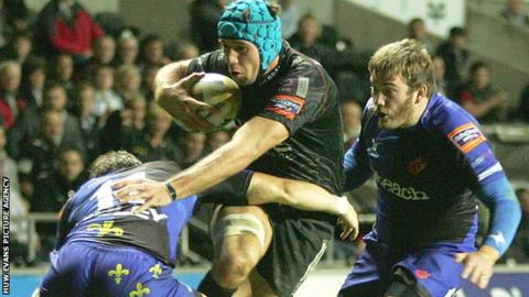 Justin Tipuric takes on the Dragons defence