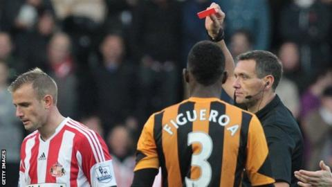 Sunderland's Lee Cattermole is sent off against Hull City