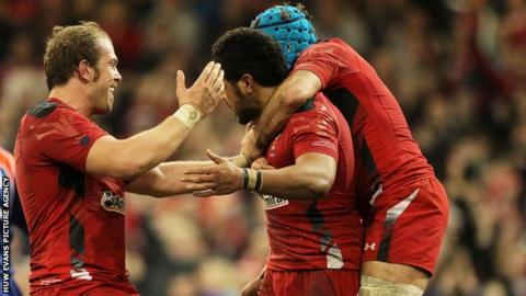 Alun Wyn Jones and Justin Tipuric congratulate Toby Faletau after his try for Wales.