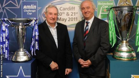 Gareth Edwards and ERC chairman Jean-Pierre Lux