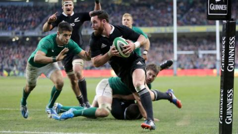 Ryan Crotty breaches the Ireland defence in stoppage time to score a try and level the scores, Aaron Cruden adding the conversion