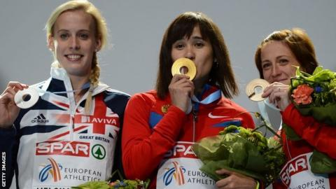 Lynsey Sharp (left) with her silver medal