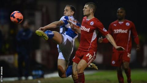 Mark McChrystal and Jamie Proctor challenge for the ball