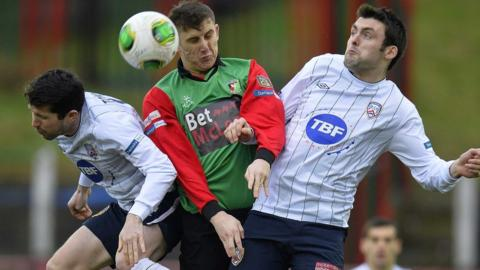 Glentoran's Marcus Kane gets in between Coleraine opponents Eoin Bradley with Gareth Tommons during the 1-1 draw at the Oval