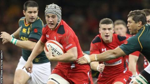 Jonathan Davies on the attack for Wales against South Africa