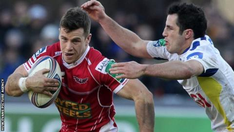 Gareth Davies on the attack for the Scarlets against Clermont Auvergne