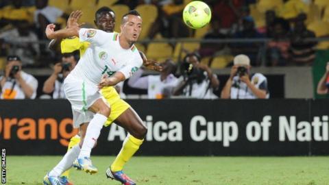 Algeria midfielder Foued Kadir (R)