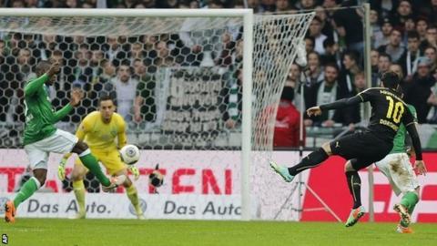 Henrikh Mkhitaryan scores