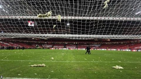 Glass wool on Benfica pitch