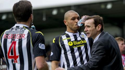 St Mirren boss Danny Lennon encourages his players