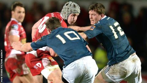 Scarlets centre Jonathan Davies in action against Munster