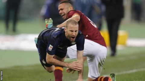 "Roma's Leandro Castan challenges Inter Milan""s Rodrigo Palacio"