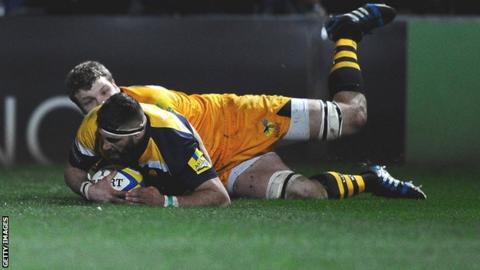 Sam Betty scores Worcester's try