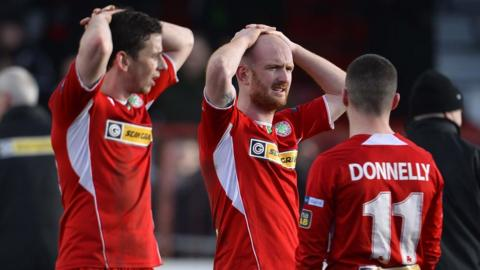 Cliftonville were left frustrated as they were held to a draw away to Glentoran, leaving them two points behind leaders Linfield in the race for the league title