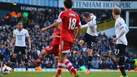Gylfi Sigurdsson scores Tottenham's late winner