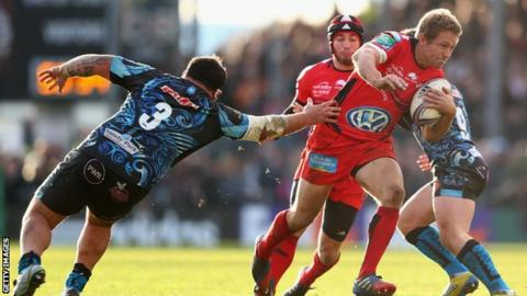 Jonny Wilkinson (centre) in action against Exeter Chiefs in the Heineken Cup