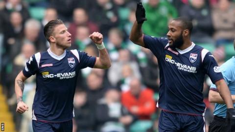 Ross County's Melvin De Leeuw (left) celebrates his goal with team mate Yoann Arquin