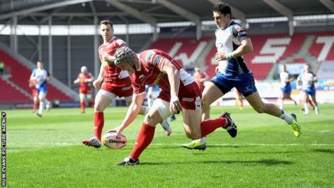 Jonathan Davies scores for Scarlets