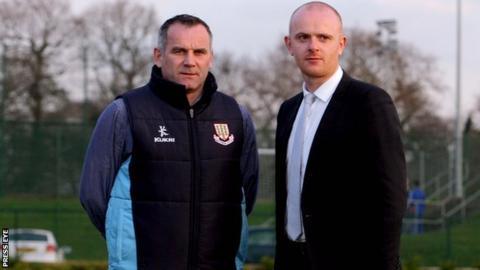 Opposing managers Glenn Ferguson and Peter Thompson