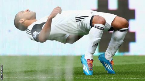 Wayne Routledge celebrates Swansea's third goal against Norwich