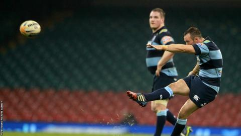 Gareth Davies kicks a late penalty to put the Cardiff Blues 17-13 ahead