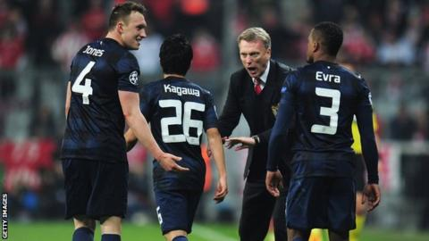 David Moyes speaks to some Manchester United players during the defeat by Bayern Munich