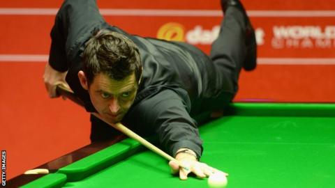 Ronnie O'Sullivan in action against Joe Perry