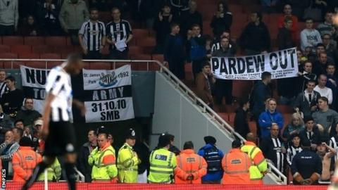 Fans protest against Newcastle manager Alan Pardew at Arsenal