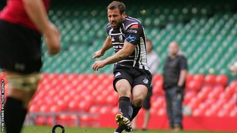 Simon Humberstone kicks a penalty for Pontypridd