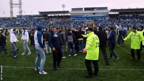Zenit St Petersburg pitch invasion
