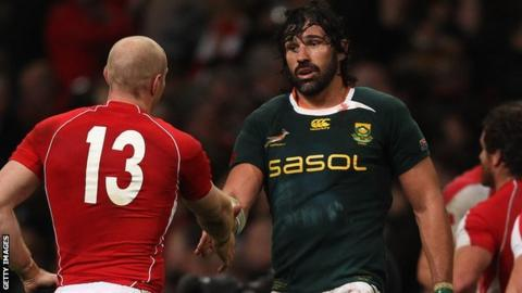 Victor Matfield shakes Tom Shanklin's hand in 2010