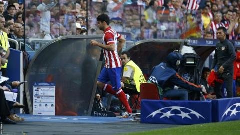 Diego Costa leaves the pitch injured after only nine minutes of action