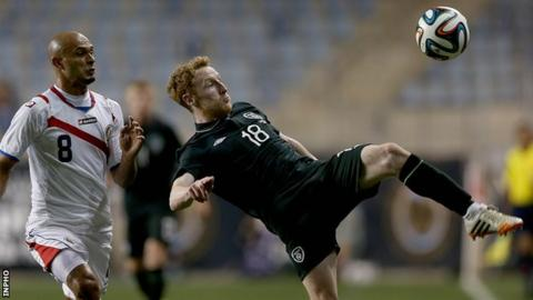 Republic of Ireland's Stephen Quinn wins the ball ahead of Heiner Mora