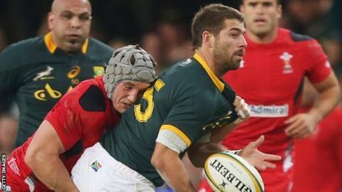 Jonathan Davies tackles Willie le Roux