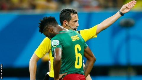 Alex Song is sent off by referee Pedro Proenca