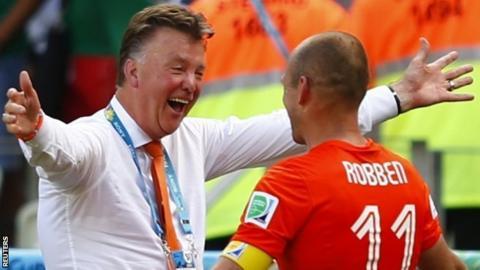 Louis van Gaal (l) celebrates with Arjen Robben