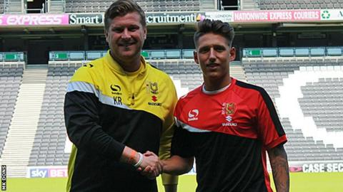 MK Dons boss Karl Robinson and new signing Tom Hitchcock